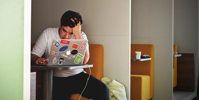 אדם מתוסכל מול מחשב
