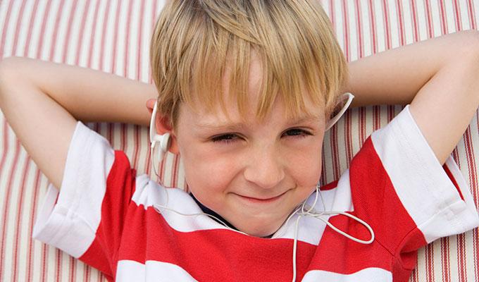 ילד-מקשיב-לתלונות-על-השראה